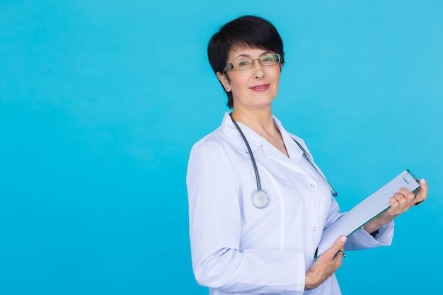 コピースペースと青い背景の上の医師の医師の女性
