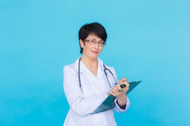 青いクリニックの背景上の医師の医師の女性。