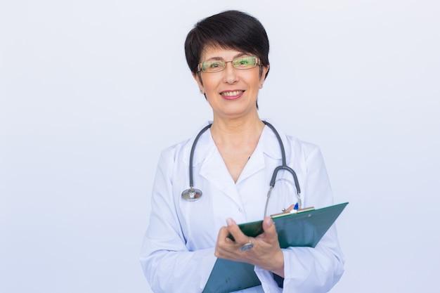 白いクリニックの背景上の医師の医師の女性。