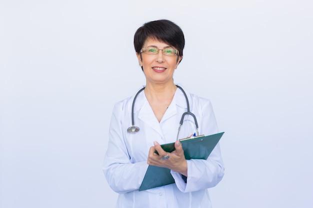 白いクリニックの壁の上の医師の医師の女性。