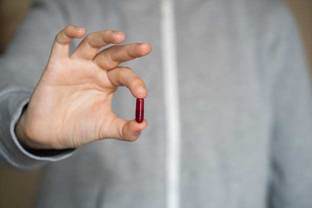 人の手にある医療用錠剤