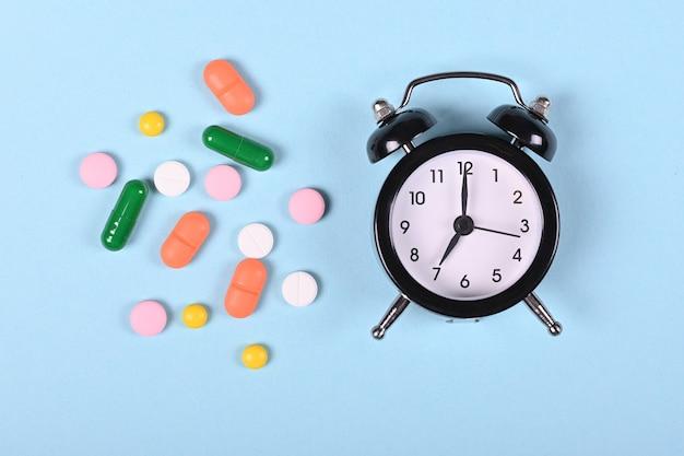 Медицинские таблетки на синем пространстве, плоская планировка, вид сверху изображение.