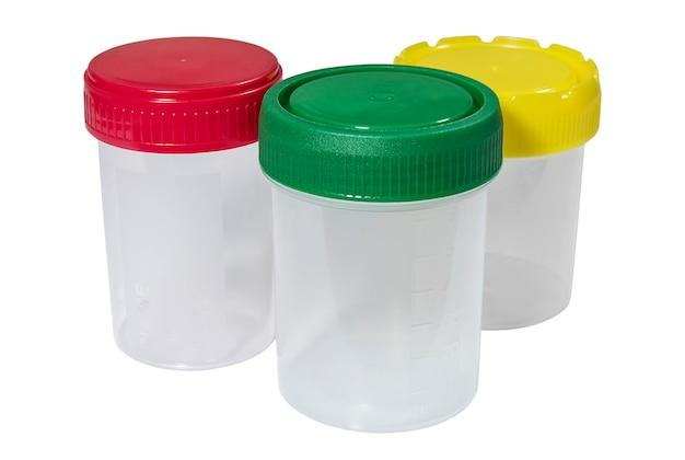 Медицинские пластиковые контейнеры с разноцветными крышками на белом фоне