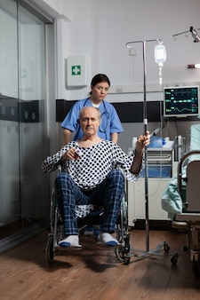 シニア病人入院男性を準備する開業医