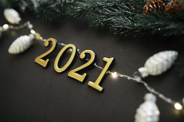 크리스마스 장식과 함께 크리스마스 배경에 의료 보호 마스크. 복사할 공간이 있는 측면 보기입니다. 크리스마스와 새해의 안전한 축하의 개념.