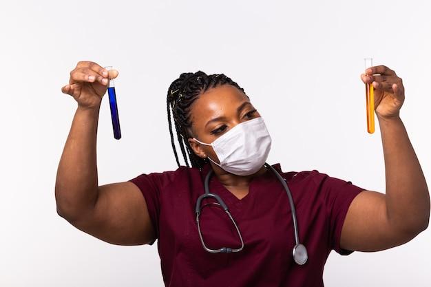 액체와 함께 테스트 튜브를 들고 의료 연구원입니다. 백신 개발, 코로나 바이러스, covid-19 및