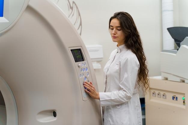 研修医は患者のコンピューター断層撮影を行います