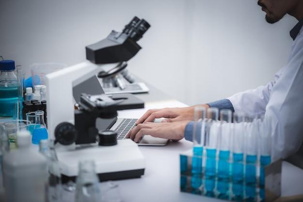 医学者は実験室でデータを分析しています。