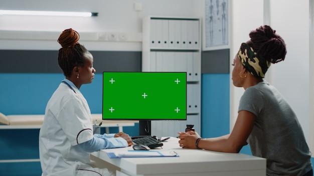 水平方向の緑色の画面を見ている医療専門家