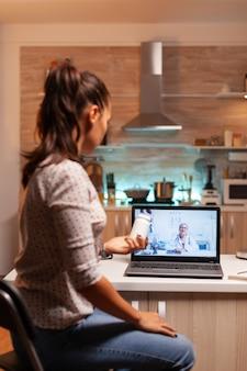 Медицинский специалист разговаривает с пациентом во время видеоконференции о лечении. врач дает консультации больному пациенту из больничного кабинета во время виртуального осмотра, медицины, назначения.