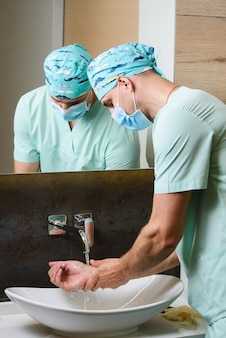 医療スタッフが手の衛生を行う