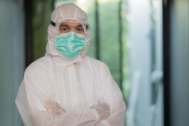 コロナウイルスcovid-19を保護するためにフェイスシールドと医療マスクを身に着けている医療スタッフ。