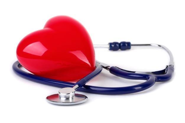 医学の聴診器と赤いハート