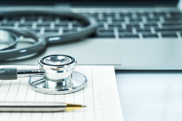 Медицинский стетоскоп на блокноте как медицинская концепция