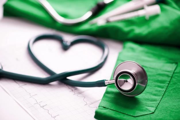 心臓の形にねじれた医療聴診器。閉じる