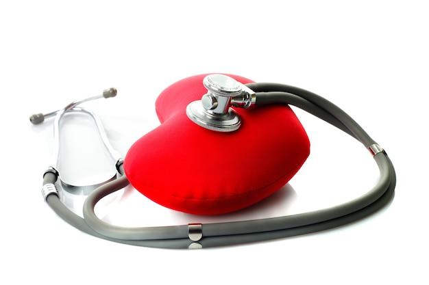 白で隔離される赤いハートと医学の聴診器