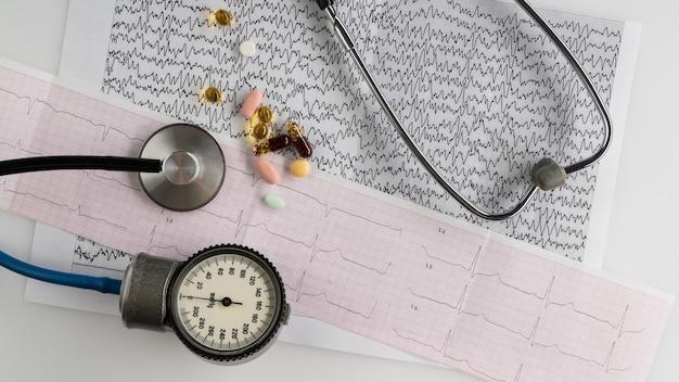 明るい背景に眼圧計と心電図を備えた医療聴診器。上面図