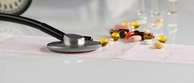 明るい背景に眼圧計と心電図を備えた医療聴診器