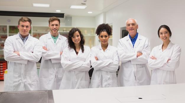 Студент-медик и лектор улыбаются в камеру
