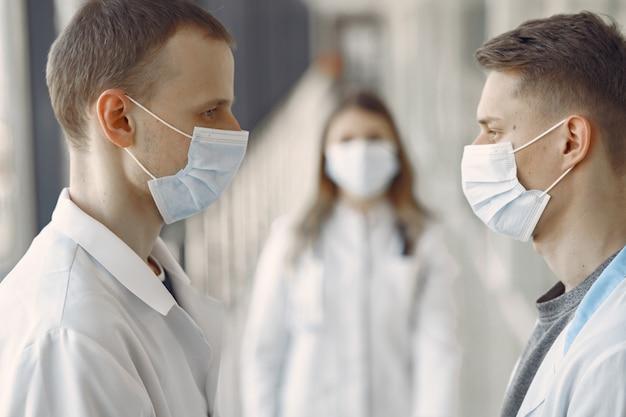 Gli studenti di medicina sono nel corridoio in maschera