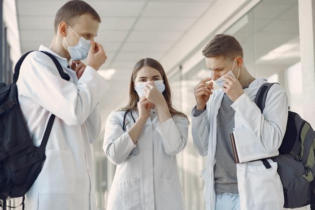 医学生はマスクで廊下にいます