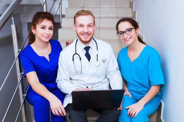 Студенты-медики сидят и разговаривают в университете