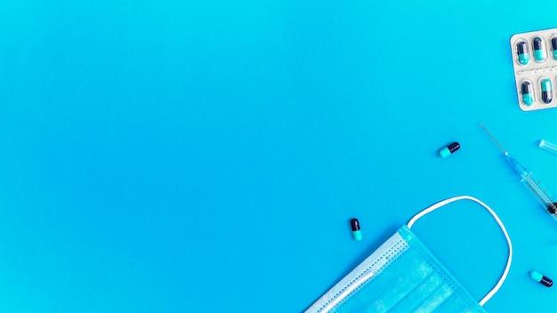 파란색 배경에 의료 용품 및 항목 구성입니다. 평면도