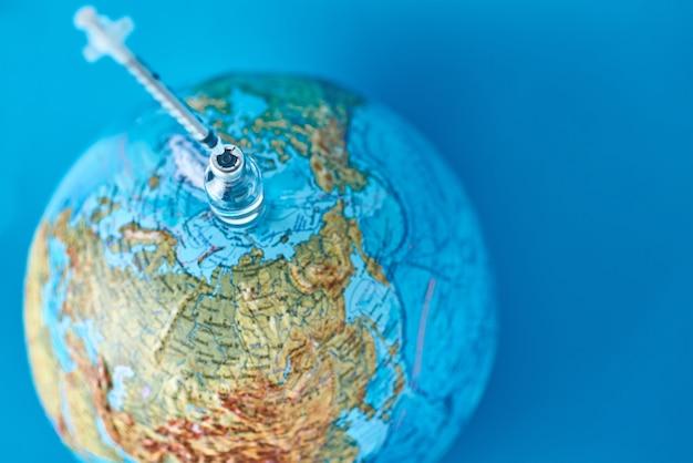 의료 주사기와 지구 지구에 대 한 의학 앰 풀입니다. 바이러스 위협 및 전염병 보호 개념