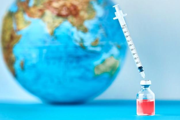 의료 주사기와 지구 지구에 대 한 의학 앰 풀입니다.