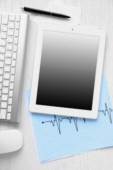 Медицинский планшет с экраном пустой экран на деревянном столе