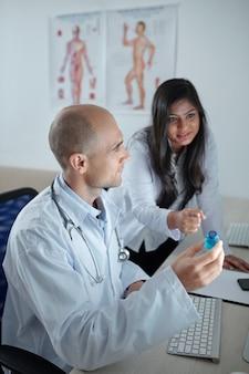 Медицинская бригада обсуждает новую вакцину против опасного заболевания