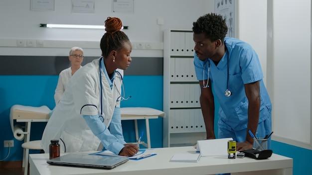 치료에 노력하는 남자와 여자와 의료 팀