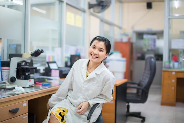 Медицинский технолог работает в лаборатории.