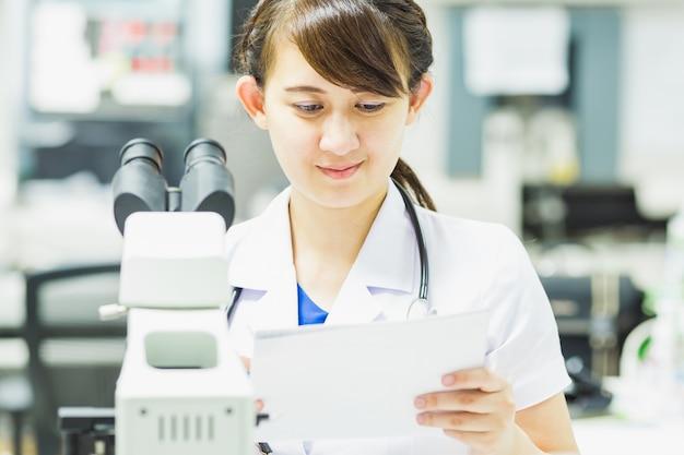 Медицинский технолог работает в лаборатории