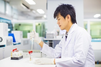 Medical technologist working in the laboratory.