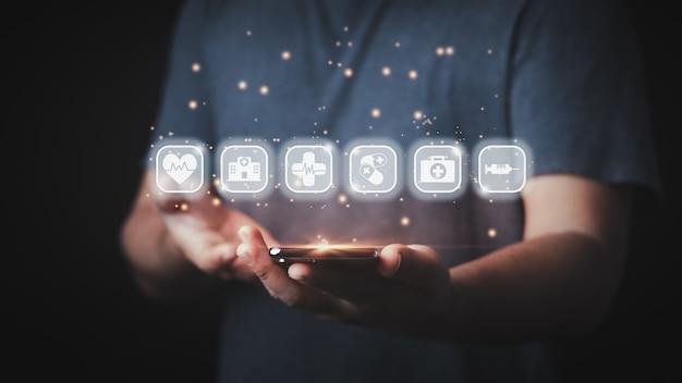 Концепция медицинских технологий, смартфон, работающий с современными виртуальными значками.