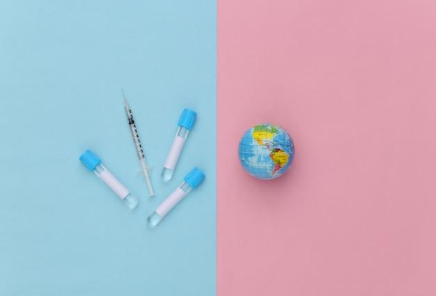 주사기가 있는 의료 테스트 튜브, 파란색 분홍색 파스텔 배경의 글로브. 백신 접종. 평면도