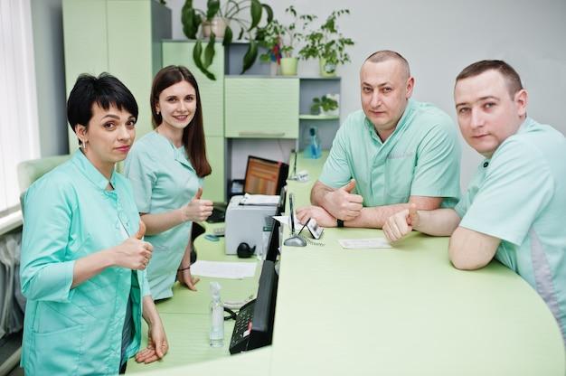 医療テーマ。病院の診断センターの受付で集まる医師のグループ。