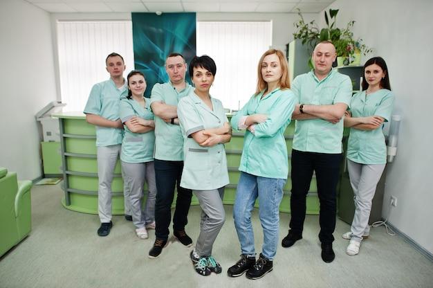 医療テーマ。病院の診断センターの受付での医師のグループの肖像画。