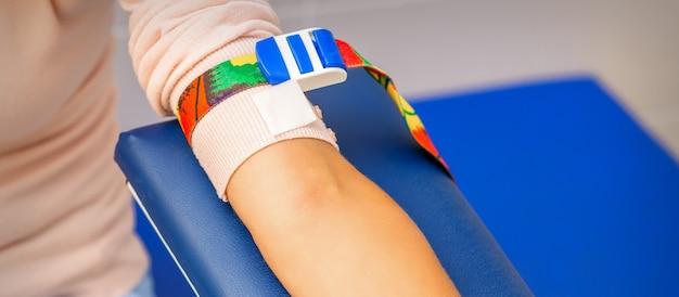 女性患者の手による医療止血帯