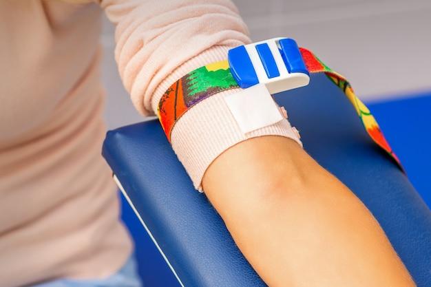 병원에서 여성 환자의 손에 의료 지혈대