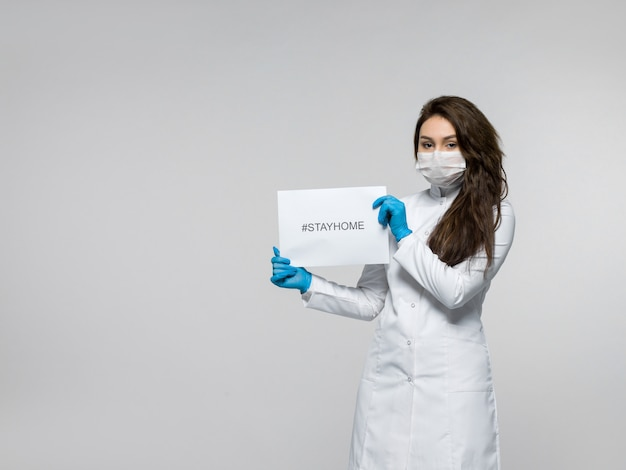 그녀의 손에 Stayhome 전단지를 들고 의료 노동자 무료 사진