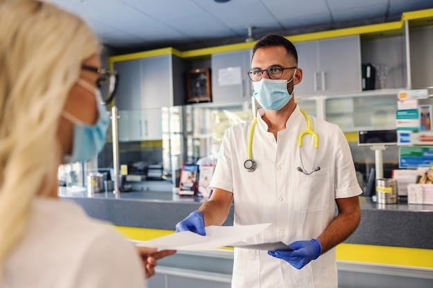ゴム手袋とフェイスマスクを着用した無菌制服の医療従事者