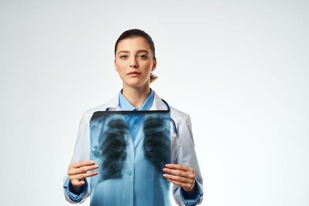 Медицинский работник в белом халате рентген профессионального осмотра