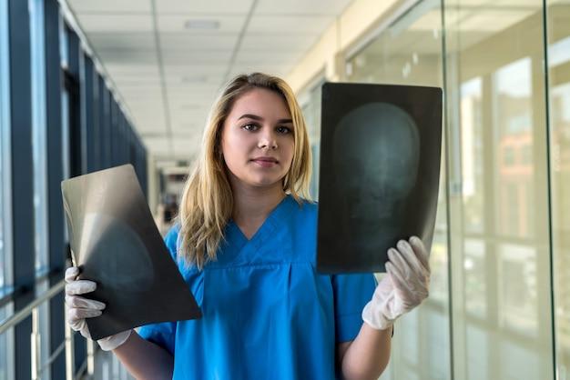 의료 종사자가 두개골의 xray 필름을보고 질병의 징후를 감지합니다. 건강