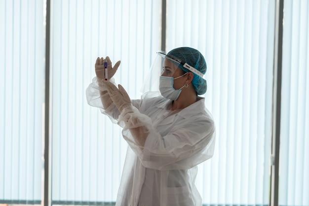 患者の血液サンプルを検査する医療従事者