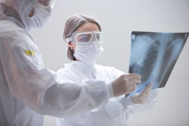 의료진이 코로나 바이러스를 검사하고 소독을 수행합니다.