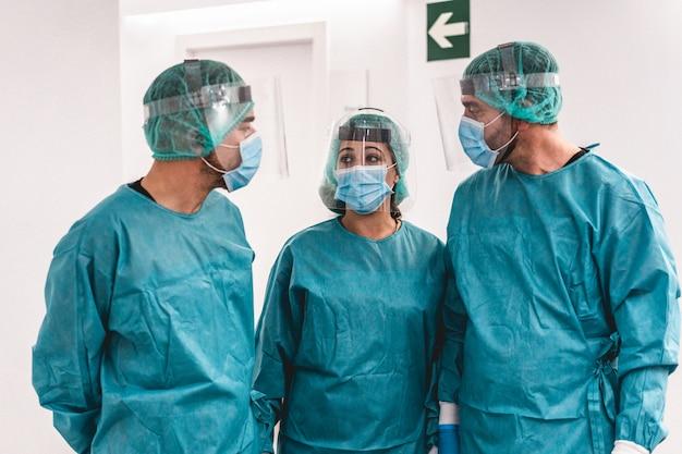コロナウイルスの大流行の発生中の病院の廊下内の医療従事者