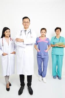 Медицинские работники на фоне стены