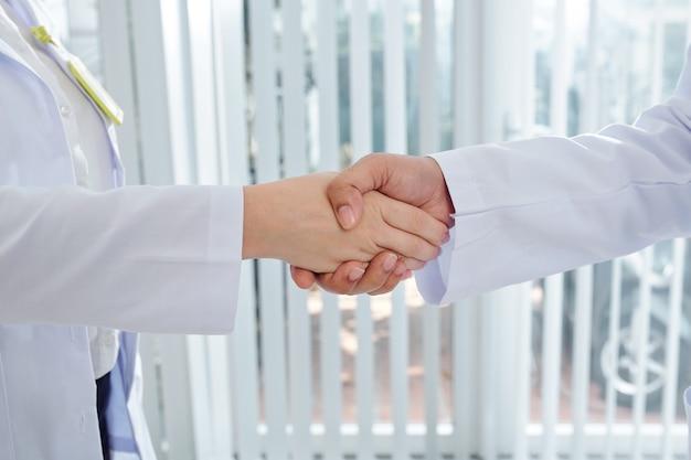 握手する医療従事者